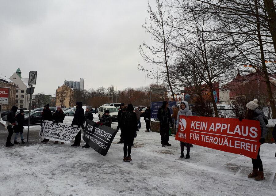 Etwa 20 Personen haben am Samstagnachmittag am Hartmannplatz in Chemnitz gegen Zirkustiere demonstriert.