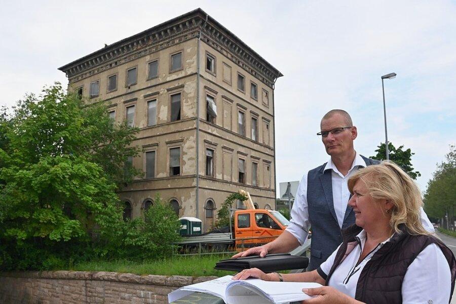 Investor Rainer Berg und Architektin Regina Schmole vor dem Haus Müllerstraße 31.