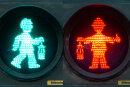 In Duisburg soll eine Fußgängerampel mit Bergmann mit Helm auf dem Kopf und Lampe in der Hand an die Geschichte des Bergbaus erinnern.