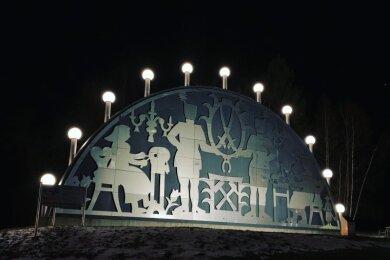 Seit Mittwochabend leuchtet der Riesenschwibbogen von Johanngeorgenstadt wieder.