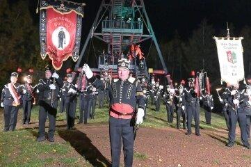 Die Oelsnitzer Blasmusikanten um Orchesterleiter Tilo Nüßler (vorn) haben dem Glückauf-Turm ein Ständchen gespielt.