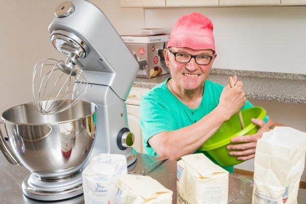 In seiner neuen Backstube verfeinert Kaffee-Kurt seine Kuchen- und Keksrezepte. Ende August will er wieder sein Wald-Café öffnen.