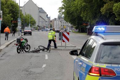 Beim Überqueren der Hartmannstraße ist ein Mann von einem Moped erfasst worden.