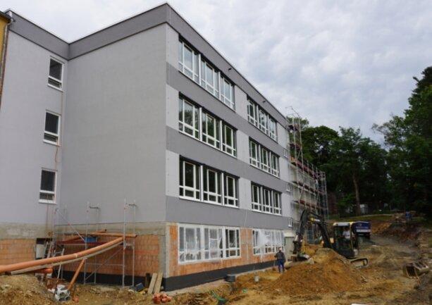 Der Anbau der Oberschule an das Schulzentrum auf dem Klingenthaler Amtsberg nimmt zunehmend Gestalt an. Auch mit der Gestaltung des künftigen Außenbereichs wurde bereits begonnen.