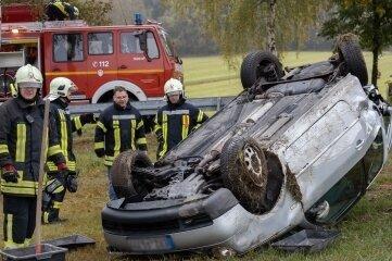 Der VW überschlug sich nach dem Zusammenstoß und blieb schließlich auf einem Feld auf dem Dach liegen.