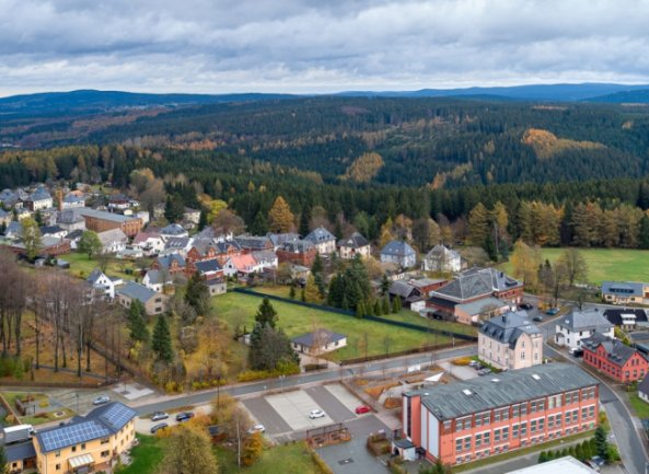 Jugendliche aus Grünbach suchen einen Raum, in dem sie sich treffen können. Beispielsweise im Kispi (im Bild vorne rechts) soll es ungenutzte Räume geben.
