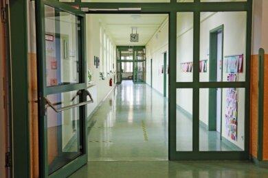 Auf den Fluren wie hier in der Zwickauer Dittesschule werden am Ende der Woche wieder Schüler erwartet.