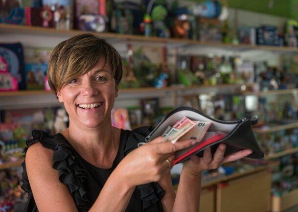 Weil die Kasse nicht ging, stieg Sandy Löbel in ihrem Geschäft Malu - Der Kinderladen auf eine Handkasse um. Die Kunden reagierten mit Verständnis.