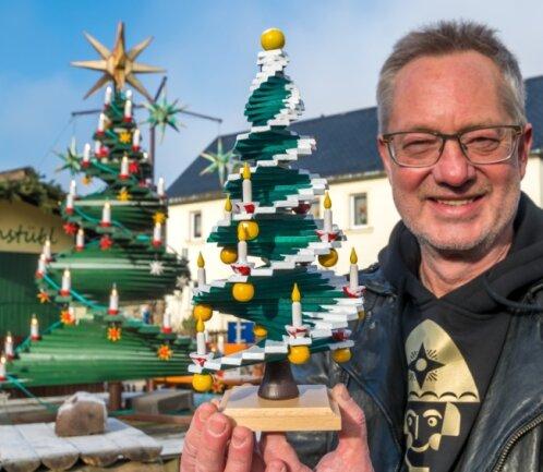 Mit rund 30 Zentimetern ist der kleine Robertobaum, von dem Tino Günther jetzt eine winterliche Version herstellt, nur etwa ein Zehntel so groß wie das Original.