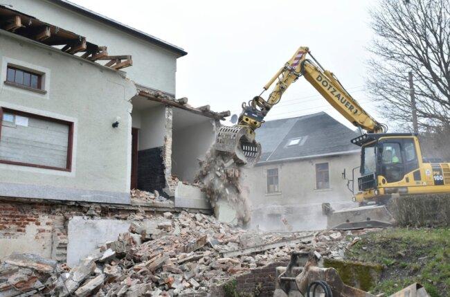 Am Alten Schloss in Erlbach nehmen die umfangreiche Sanierung und der Umbau an Fahrt auf. Am Dienstag wurde der Eingangsbereich von einem Mitarbeiter der Firma Dotzauer per Bagger abgerissen.