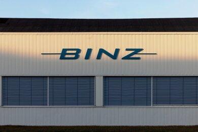Das Logo des Sonderfahrzeughersteller Binz auf einer Werkhalle wird von der Sonne angeleuchtet. Das Thüringer Unternehmen übernimmt das MAN-Werk im sächsischen Plauen. Der Betriebsübergang soll zum 1. April 2021 erfolgen. +++ dpa-Bildfunk +++