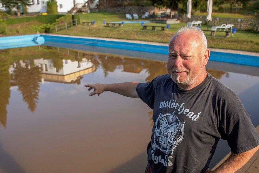 Schwimmbadmeister René Gärtner ist fassungslos. Die Schlammlawine rollte auch durchs Freibad.