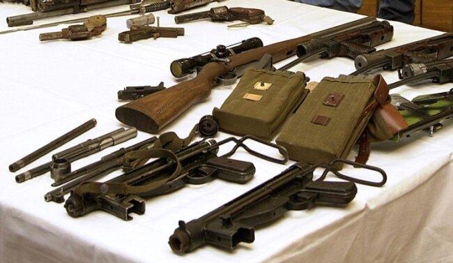 Ein Teil der im Dezember 2000 in Zschopau gefundenen Waffen und Waffenteile wurde später in Freiberg den Medien präsentiert.