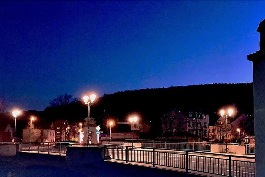 Die Auer Schillerbrücke bei Nacht. Inzwischen gibt es für das Bauwerk ein Beleuchtungskonzept.