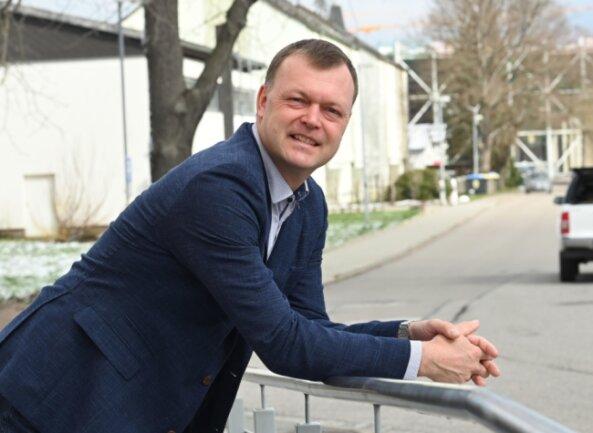 Andreas Graf steht am Eingang des Lichtenauer Rathauses. Der CDU-Politiker will erneut zur Bürgermeisterwahl am 26. September kandidieren. Die Nominierungsveranstaltung soll am 3. Juni stattfinden.