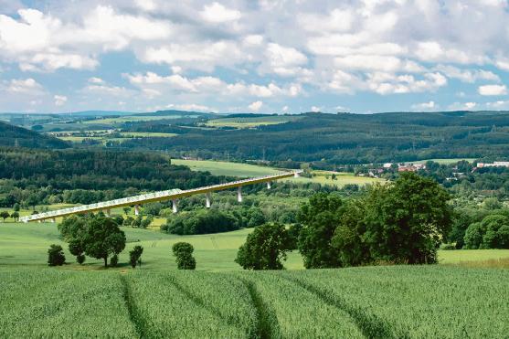 Links Falkenau, rechts Flöha, in der Mitte eine große Brücke: Etwa so könnte es aussehen, wenn der zweite Streckenabschnitt der Ortsumfahrung der Bundesstraße 173 gebaut wird. Die Bauart der Brücke wurde in dieser Montage einer Visualisierung des Sächsischen Verkehrsministeriums nachempfunden.