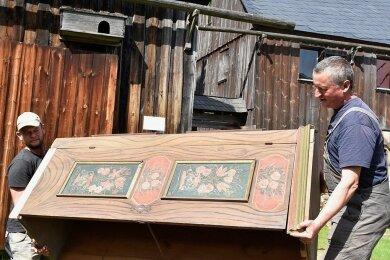 Ein Schrank aus dem Jahr 1759 wurde für einen Kammerwagen im Freilichtmuseum Landwüst wieder herrichtet und montiert. Im Foto die Museumsmitarbeiter Michael Kolbe (rechts) und Norman Schöbel.