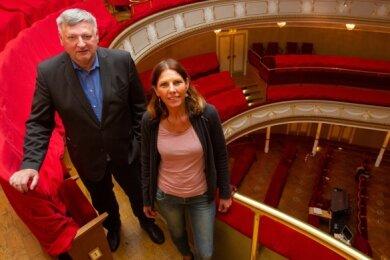 150 statt 430 Zuschauer dürfen künftig ins Theater - Sprecherin Carolin Eschenbrenner und Intendant Roland May vor leeren Reihen.
