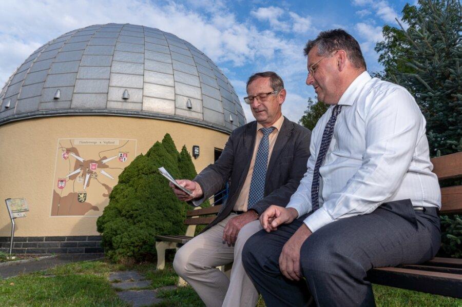 Bei der Feier zum 70-jährigen Bestehen der Sternwarte haben sich deren Leiter Olaf Graf (rechts) und dessen Vorgänger Jochen Engelmann alte Fotos angeschaut.