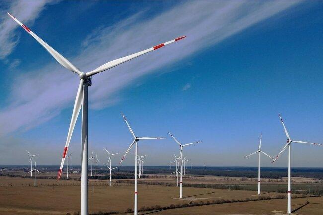 Windräder in einem Windpark. Wenn Deutschland sich bis 2045 klimaneutral versorgen will, müssen Tausende hinzukommen. Der Energieversorger Envia M beklagt aber eine überbordende Bürokratie.