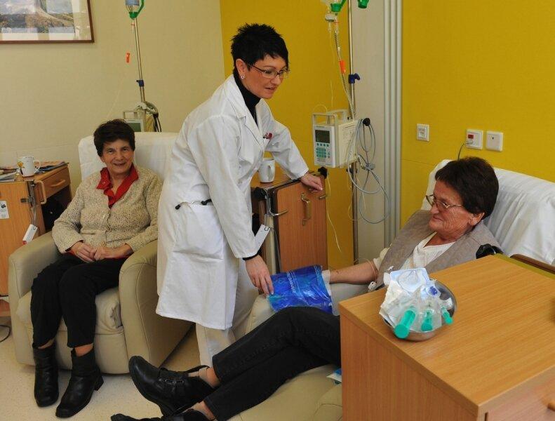 Im Kreiskrankenhaus Stollberg leitet Dr. Elke Möbius, Chefärztin der Klinik für Innere Medizin II (Gastroenterologie, Onkologie, Diabetologie; Bildmitte, bei einer Behandlung), die regelmäßigen Tumorkonferenzen.
