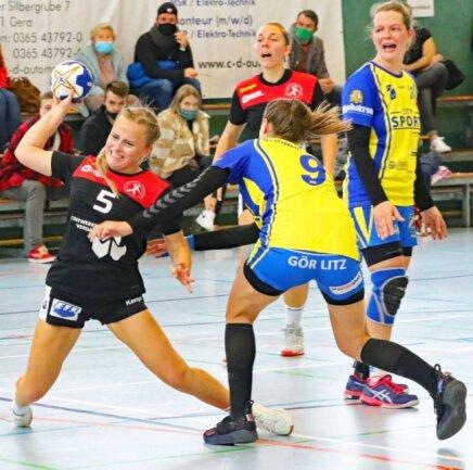 Sie war kaum zu stoppen: Linda Zill (am Ball) erzielte im Pokalspiel gegen Görlitz acht Treffer für die siegreichen Gastgeberinnen der HSG Langenhessen/Crimmitschau.