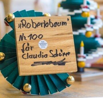 Jeder Robertobaum wird handschriftlich nummeriert und personalisiert. Das 100. Exemplar wurde für Claudia Schürer aus Glauchau zudem mit goldenen Kugeln versehen.