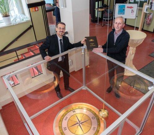 Der Professor Kay Herrmann (links) und der Techniker Dietrich Roßbach haben den Auerbacher Bürgerpreis erhalten, weil sie im Treppenhaus der Geschwister-Scholl-Oberschule ein 17Meter langes sogenanntes Foucaultsches Pendel installiert haben.