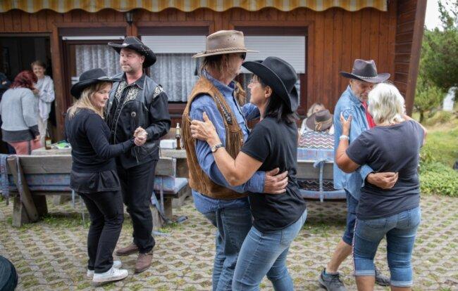 Die hatten aber die Mitglieder des kleinen Countryclubs ohnehin schon mitgebracht. Und so brauchte es während der rund einstündigen Party mit dem langjährigen Moderator des Mitteldeutschen Rundfunks auch nicht erst einer Aufforderung zum Tanzen.