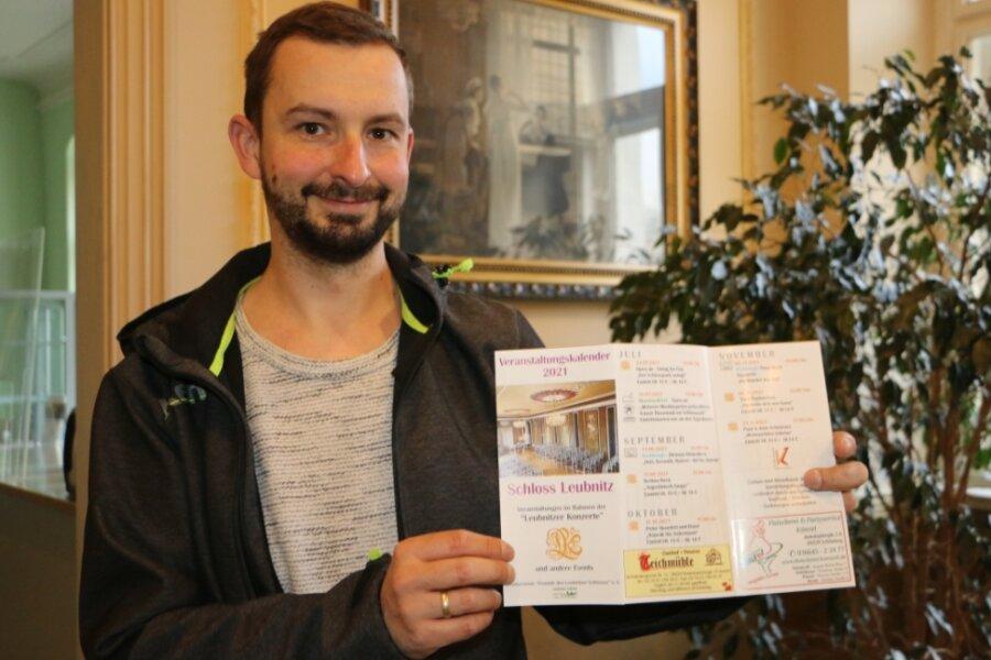 David Gebauer vom Schlossförderverein zeigt das kulturelle Jahresprogramm fürs Schloss Leubnitz. Einiges ist bereits wegen der coronabedingten Einschränkungen ausgefallen.