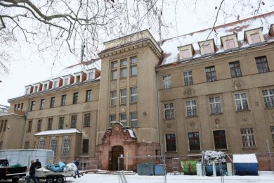 Am Hauptgebäude der Polizeidirektion Zwickau haben die Sanierungs- und Umbauarbeiten begonnen.