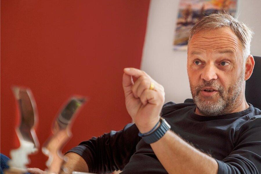 Bürgermeister Dirk Neubauer will Politik überparteilich und gemeinsam mit den Bürgern gestalten, um Vertrauen aufzubauen.