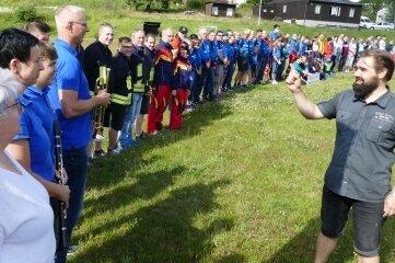 Mirko Sauerbaum, Vorsitzender des Fördervereins, zählt die Leute durch, die auf dem Fußballplatz erschienen waren.