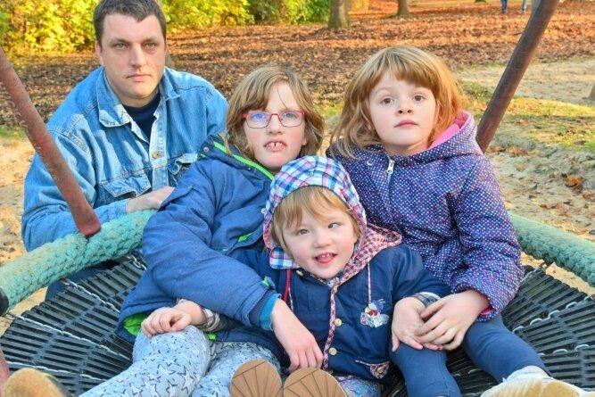 Mia (vorn) zwischen ihren Schwestern Lea (links) und Michelle. Vater Nico Günthel kümmert sich rund um die Uhr um seine drei Töchter. Jetzt braucht er Hilfe.