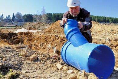 Erste Gräben für die Entwässerung sind schon gezogen. Im Bild Tiefbauer Rico Thümmler von Phönix Bau.