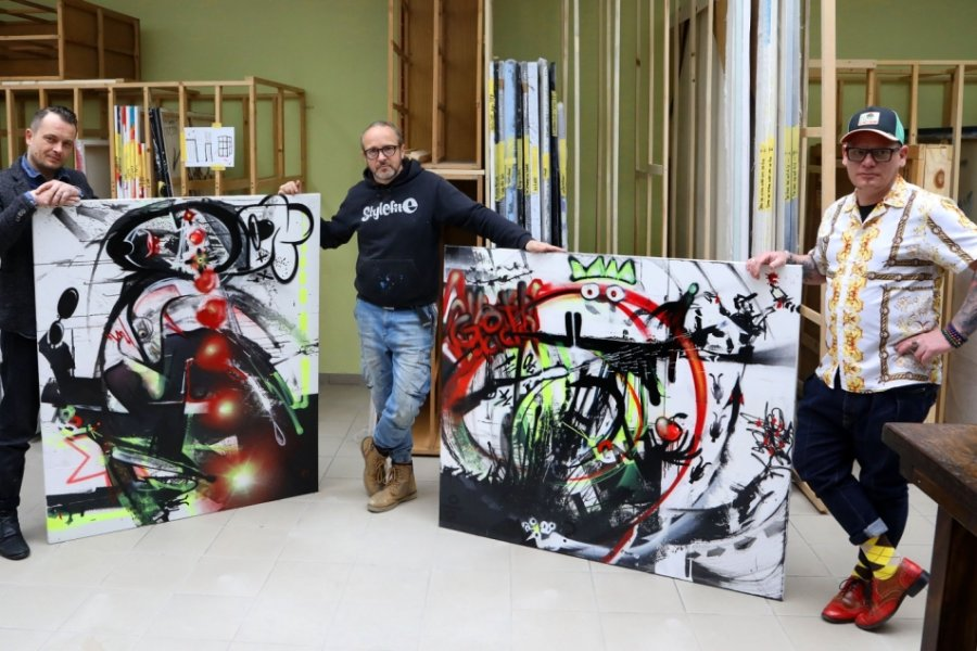 Tasso (Mitte) übergibt seinem Atelier in Meerane die beiden Kunstwerke. Ein Bild geht nach Zwickau zu Andy Seiler (rechts) und das andere nach Chemnitz zu Tobias Gust in die Speisekammer.