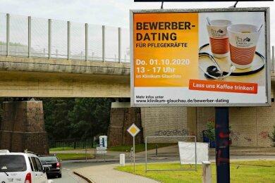 Das Rudolf-Virchow-Klinikum aus Glauchau hat eine große Plakatfläche an der Zufahrt zur Pleißentalklinik genutzt.