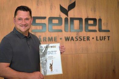 Marcel Seidel, Inhaber der Reichenbacher Firma Seidel Heizung & Bad, mit der Nominierungsurkunde.