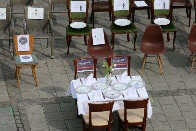 Leere-Stühle-Aktion auf dem Zwickauer Hauptmarkt während der weitreichenden Einschränkungen zur Bekämpfung der Coronakrise.