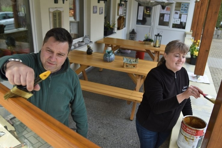 Judith und Ronny Hertwig vom Ausflugslokal Judiths Brückenstübl verpassen dem Außenbereich einen neuen Anstrich.
