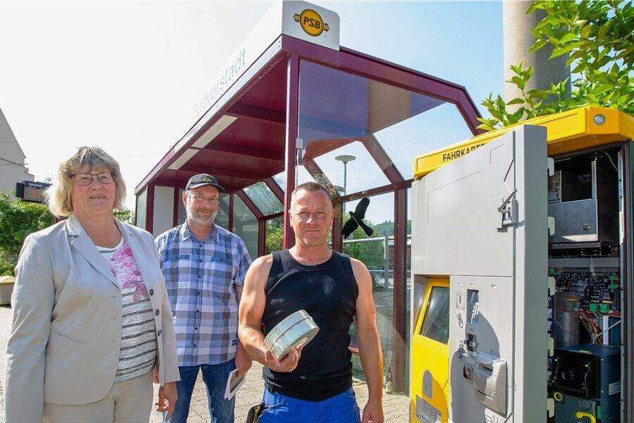 Das war der letzte öffentliche Termin von Straßenbahn-Geschäftsführerin Barbare Zeuner: An der Endhaltestelle der Straßenbahn in der Südvorstadt ging am Freitag ein moderner Ticketautomat ans Netz. Servicemitarbeiter André Bröckel (rechts) kümmert sich um die Wartung. Für die Organisation ist Andree Winter zuständig.