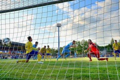 2017 standen sich Lok und der CFC ebenfalls im sächsischen Pokalfinale gegenüber. Damals erzielte Daniel Frahn (hinten Mitte) beide Tore für die siegreichen Himmelblauen.