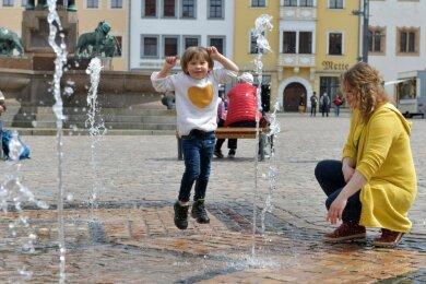 Der Freiberger Obermarkt lädt wieder zum längeren Verweilen ein, denn die Sitzbänke sind aufgestellt. Nicole Kühne nutzte die Gelegenheit gleich mit Tochter Emely (4). Zudem gilt in den Fußgängerzonen keine Mundschutzpflicht mehr.