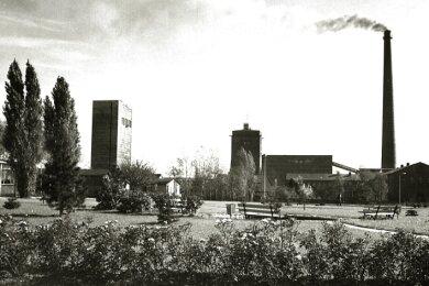 Das Foto - aus Richtung Norden aufgenommen - zeigt die beiden Schächte IV und IVa. Links vom Schornstein steht die Wäsche (um 1975).