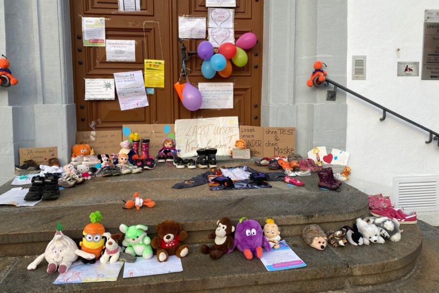 Rund 30 Kinderschuhe vor dem Freiberger Rathaus