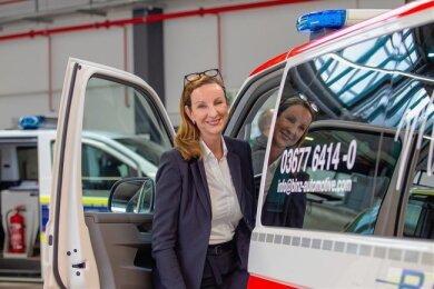 Geschäftsführerin Cathrin Wilhelm steht neben den von Binz komplettierten Sonderfahrzeugen. Das Thüringer Unternehmen hatte das MAN-Werk in Plauen am 1. April übernommen. Doch nicht alle der bei MAN beschäftigten Mitarbeiter wechseln mit.
