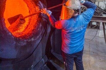 Schmelzen ist ein Verfahren, mit dem die Nickelhütte Aue Rohstoffe zurückgewinnt. Gießereimechaniker Kai Feige bestückt den Schmelzofen mit Material.