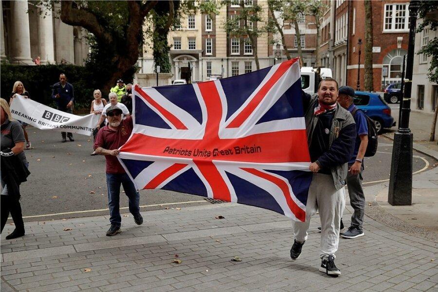 """In London sind erst vor wenigen Tagen wieder Brexit-Befürworter samt britischer Nationalflagge mit der Aufschrift """"Patrioten vereinen Großbritannien"""" auf die Straße gegangen. Heute beginnt das Brexit-Finale."""