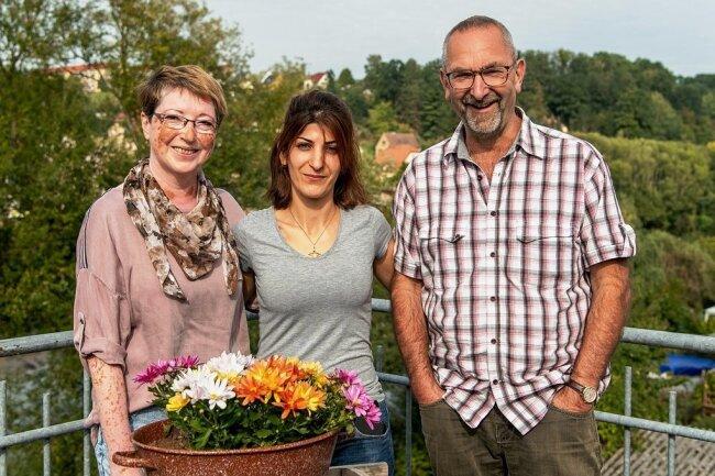 Nasrin Safari fühlt sich bei Maritta Trommer-Lehmann und Matthias Lehmann in Lunzenau wohl. Alle drei hoffen, dass die junge Kurdin in Deutschland bleiben kann.
