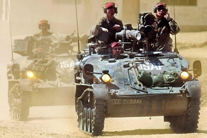 Jahrelang ein gewohntes Bild in Afghanistan: Eine aus zwei Wiesel-Panzern bestehende Bundeswehr-Einheit fährt Streife. Bis zu 5350 Bundeswehrsoldaten waren am Hindukusch im Einsatz.